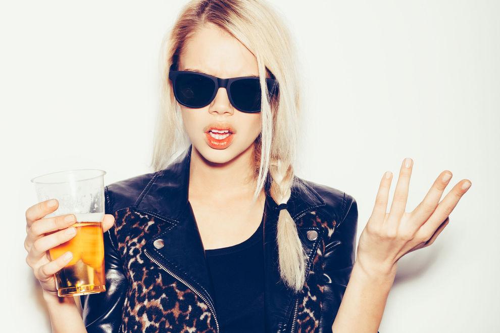 8 Verhaltensmuster, in die Frauen verfallen, wenn sie betrunken sind