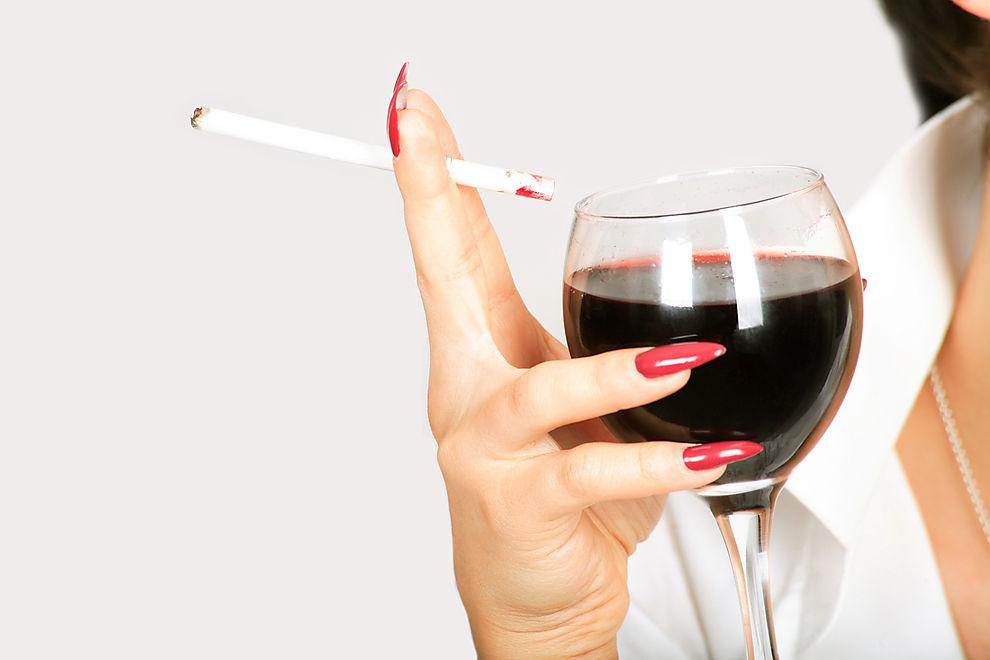 Ein Glas Rotwein vor der Zigarette soll Schäden abfangen