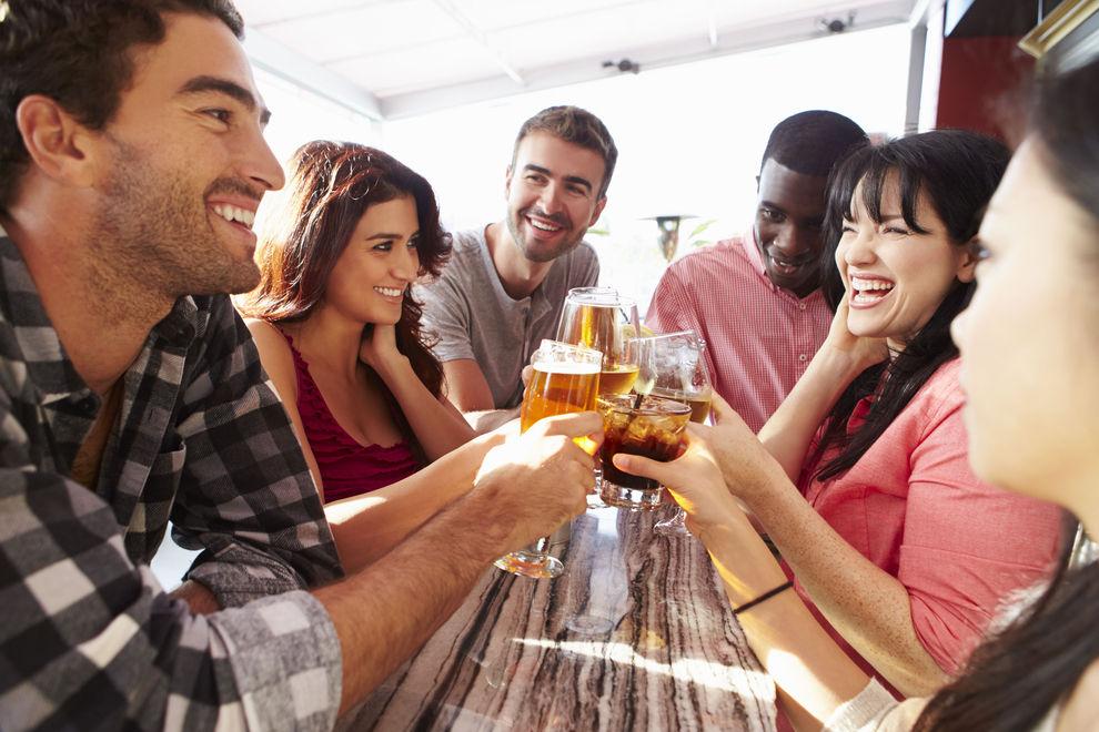 Wer hie und da Alkohol trinkt, lebt länger