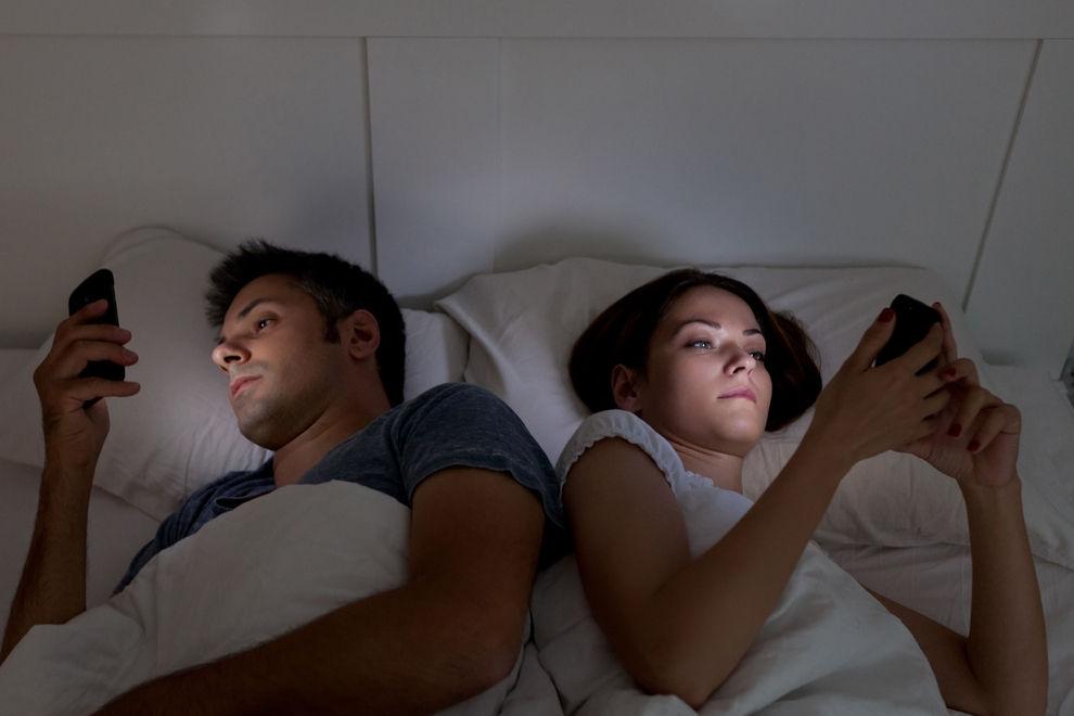 Smartphone-Lesen im Dunkeln kann zu temporärer Blindheit führen