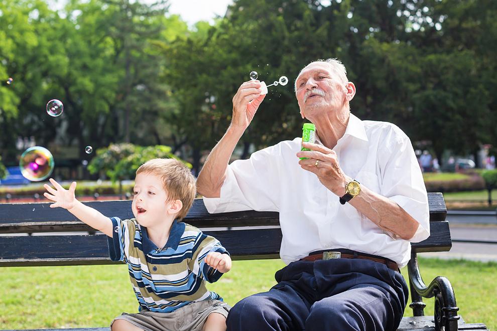 Großeltern leben länger, wenn sie mehr Zeit mit Kindern verbringen
