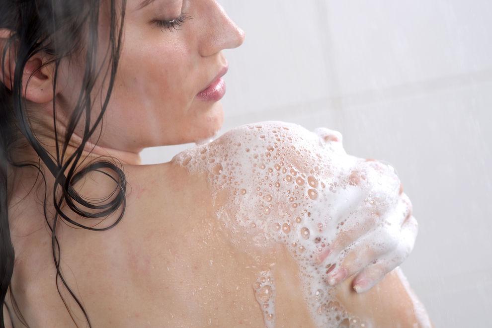 Deshalb solltest du dein Gesicht nicht unter der Dusche waschen
