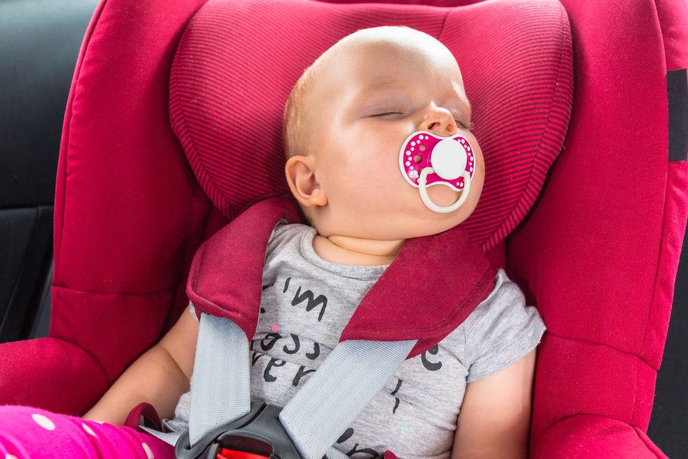 Deshalb sollte man Babies nie lang im Kindersitz schlafen lassen