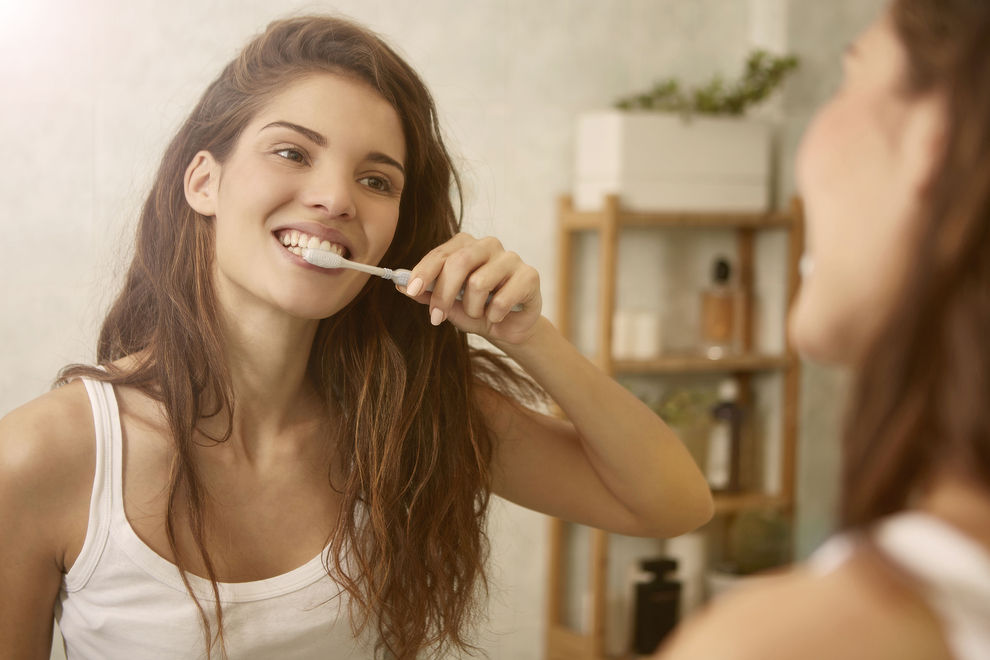 Warum du deine Zahnbürste nie in einen Plastikbecher geben solltest