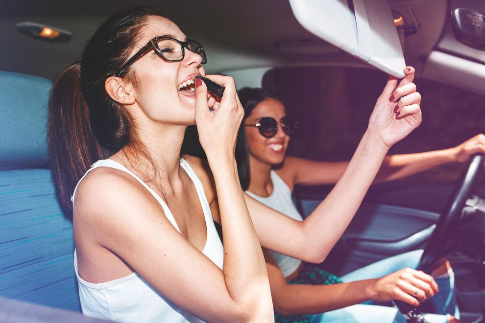 Diese 7 Dinge macht JEDE Frau beim Autofahren