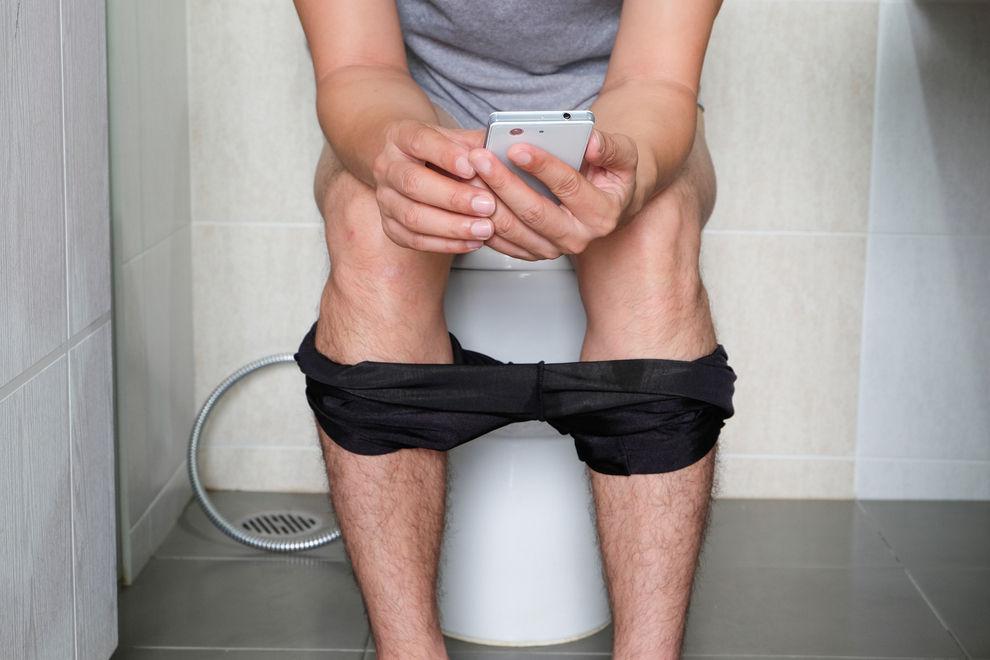 Darum solltest du dein Handy nie wieder mit aufs Klo nehmen