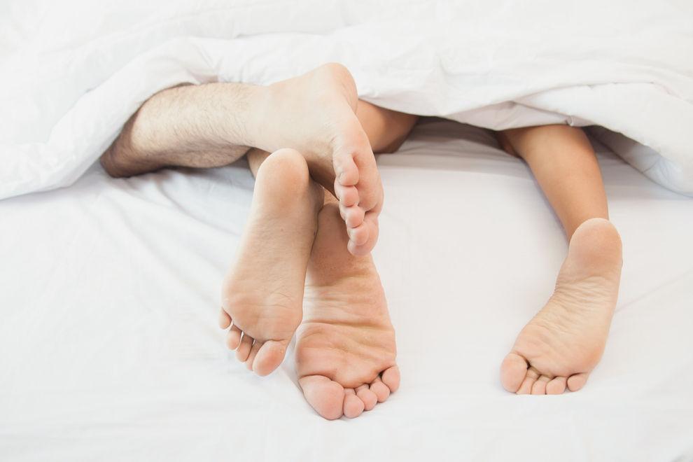 Das könnte der Grund sein, warum dir dein Partner nachts die Decke klaut