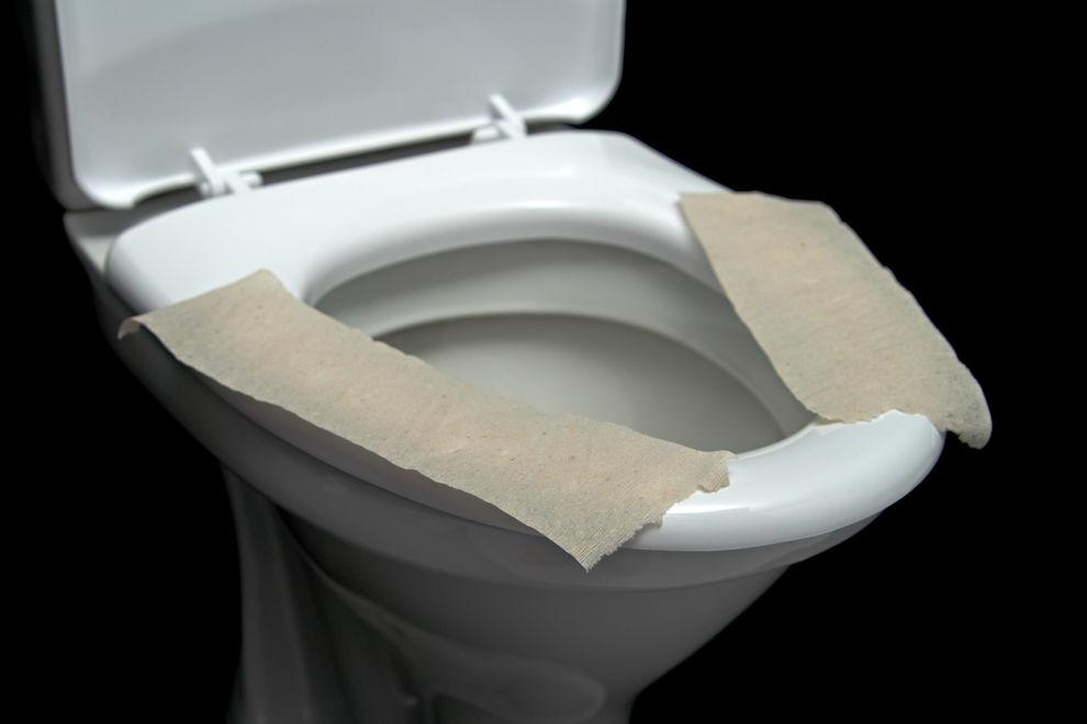 Darum solltest du niemals Klopapier auf den Toilettensitz legen