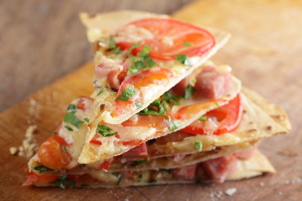 Tortilla-Pizza mit Schinken und Rucola