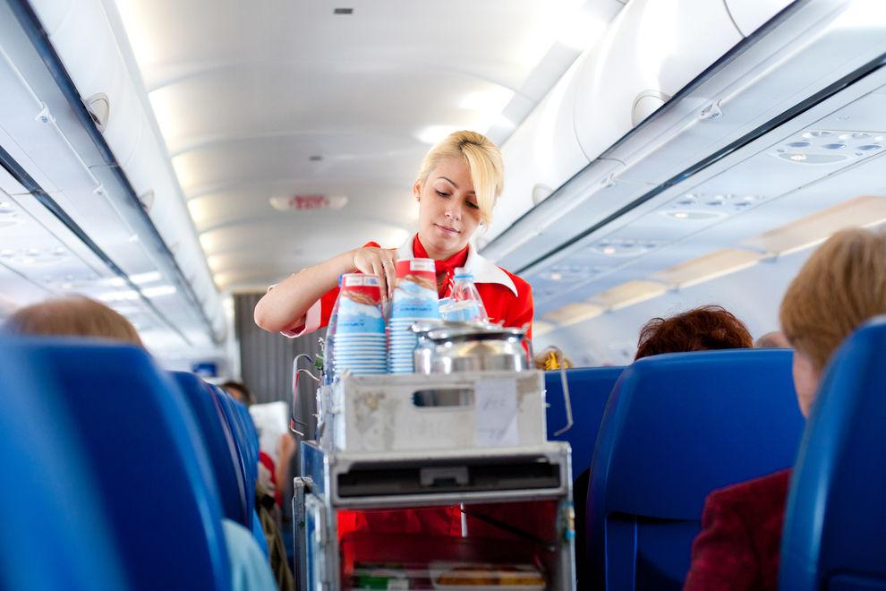 Dieses Getränk würden FlugbegleiterInnen im Flieger NIEMALS trinken