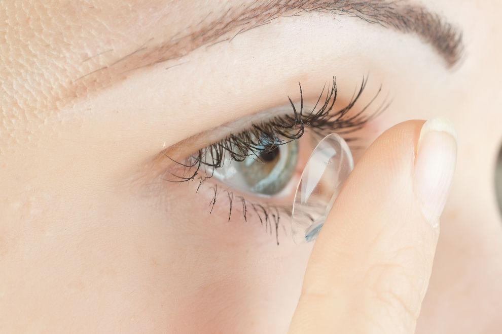 Frau hatte 27 Kontaktlinsen im Auge
