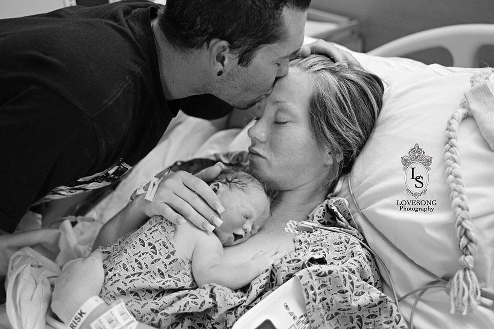 Eltern zeigen Foto von ihrer tot geborenen Tochter