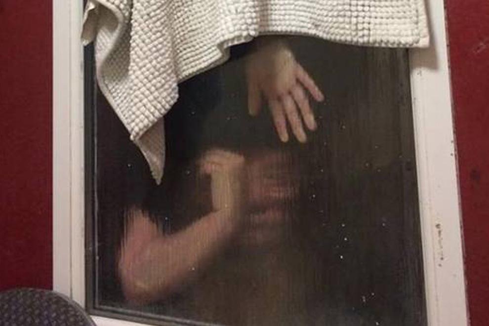 Frau bleibt im Klofenster stecken weil sie  Kacke rauswerfen will