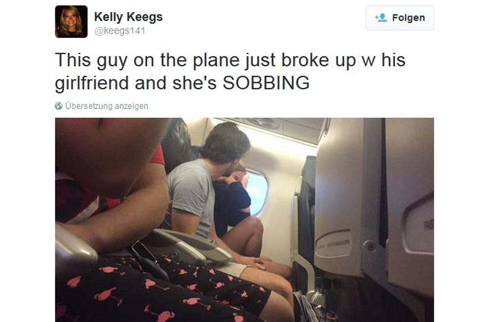 Ein Paar trennt sich im Flugzeug und diese Frau twittert live mit