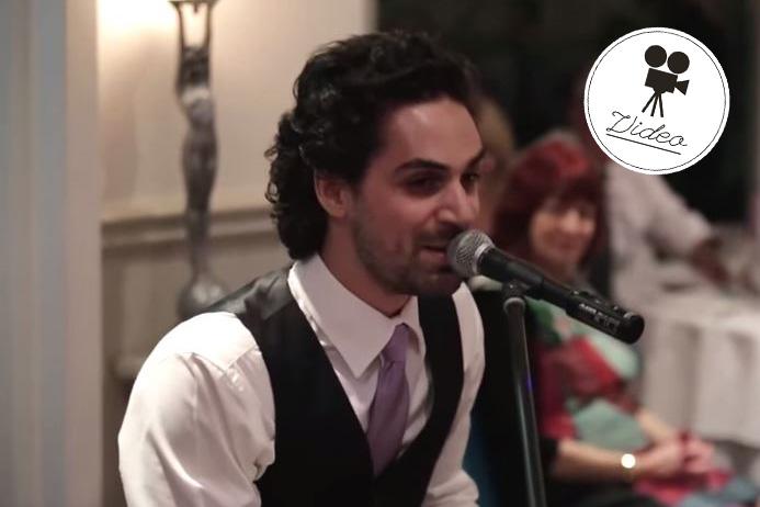 Trauzeuge überrascht Brautpaar mit berührendem Medley