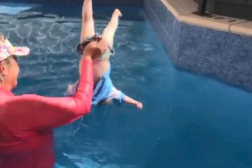 Frau wirft Baby kopfüber ins Wasser