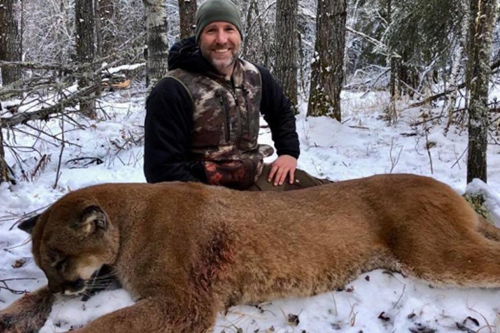 Moderator posiert mit erschossenem Puma auf Facebook