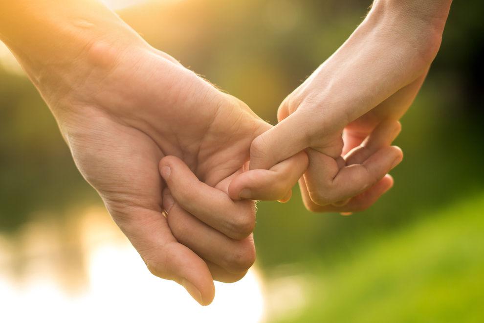 Wie wichtig bist du ihm? Das verrät die Art, wie er deine Hand hält