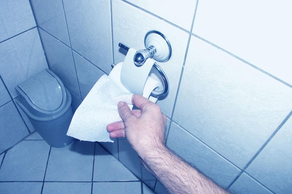 Toilettenpapier des Freundes mit Pfefferspray besprüht