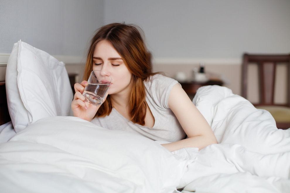 Warum es ungesund ist, ein Glas Wasser ans Bett zu stellen
