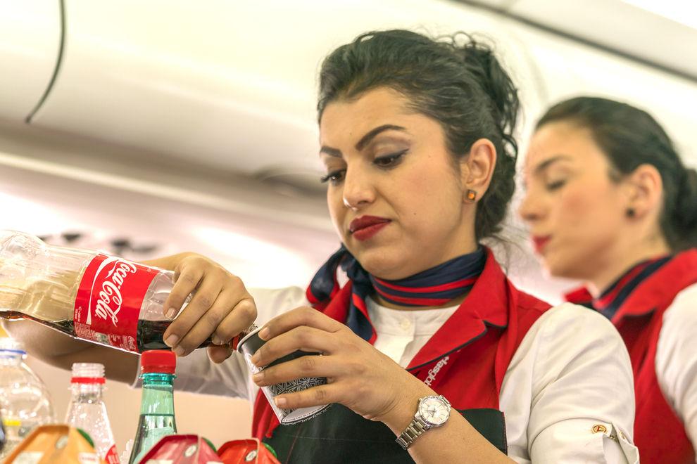 Deshalb solltest du im Flieger niemals Kaffee oder Tee trinken