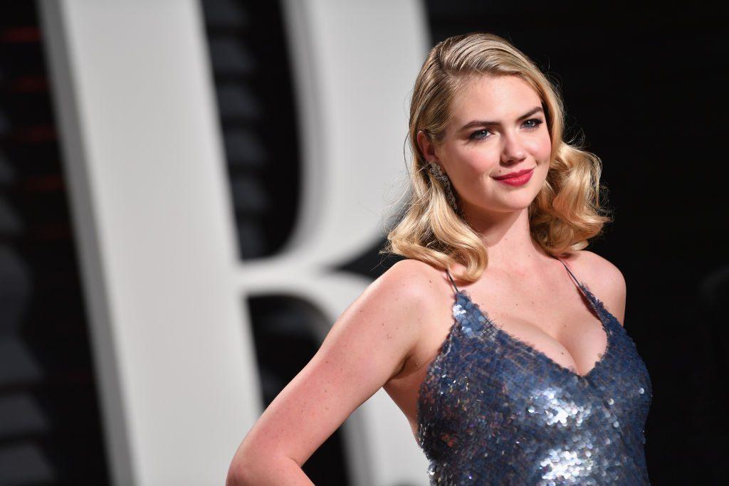 Model Kate Upton wird bei Fotoshooting von Felsen gespült