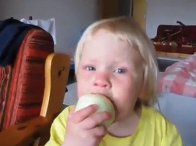 Dieses Kind ist zu stur um zuzugeben, dass sein Apfel eine Zwiebel ist