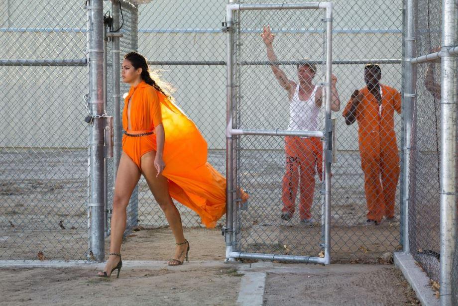 Germanys Next Topmodel Bruna beim Gefängnis-Walk