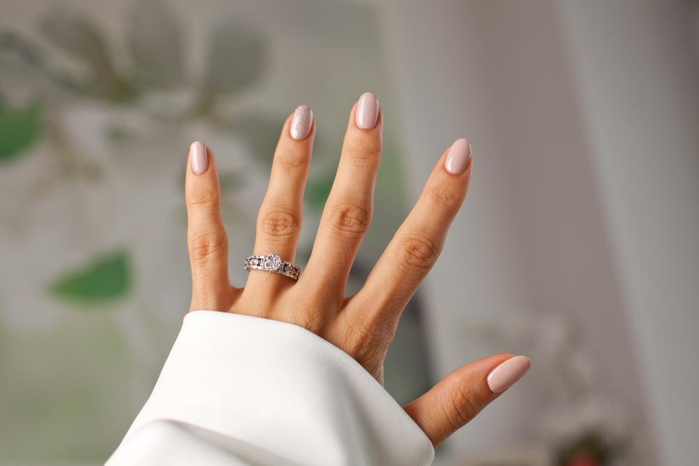Piercing statt Verlobungsring: Dermal Anchors am Finger sind der neueste Trend auf Instagram