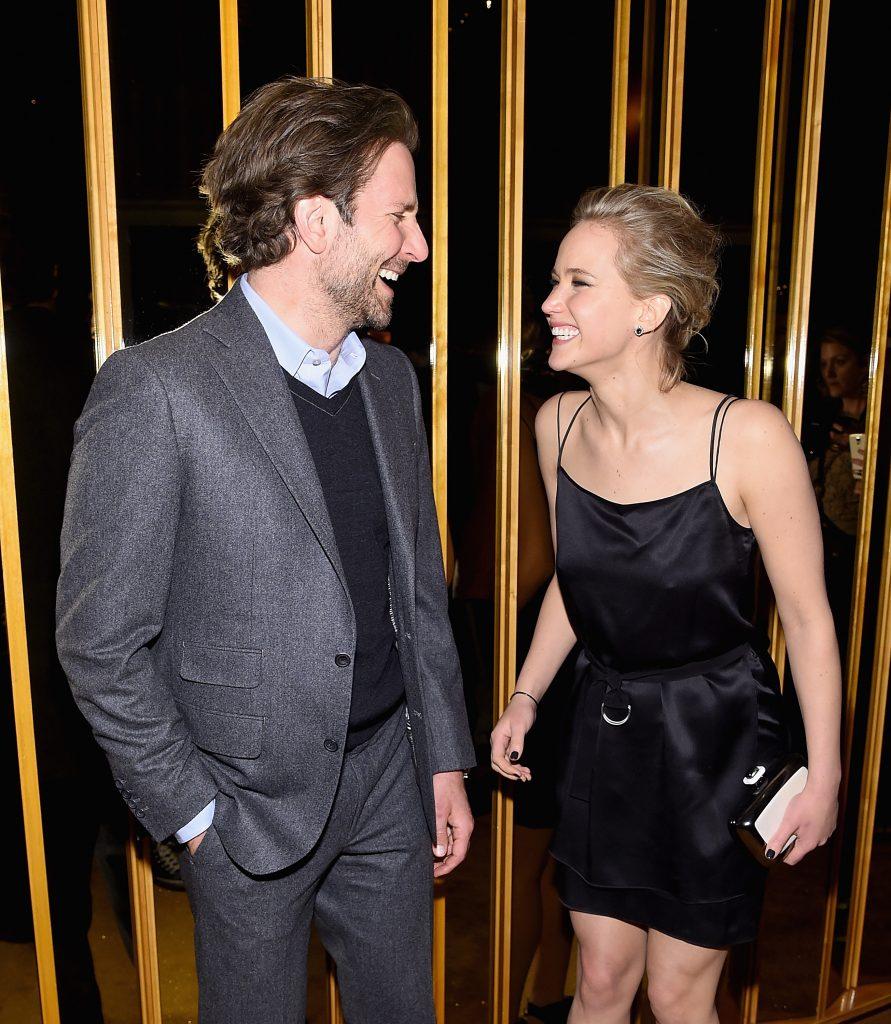 """Diesmal haben wir nichts an Jennifer Lawrence's Kusstechnick auszusetzen, sondern sie an Bradley Cooper's. Die Kussszene in """"Silver Linings"""" wurde bei den MTV Music Awards als """"Bester Kuss"""" gekührt. Jennifer war es jedoch zu feucht."""