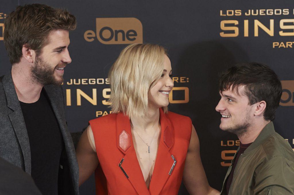 """Jennifer Lawrence ist weder bei Liam Hemsworth, noch bei Josh Hutcherson der Lieblings-Schmusepartner. Die """"Tribute von Panem""""-Kollegen sind sich einig: Josh beklagt, dass sie eine viel zu feuchte Küsserin ist. Liam musste unter ihrem Mundgeruch leiden, da sich Jennifer vor dem Kuss immer Knoblauch oder Thunfisch gegönnt hat."""