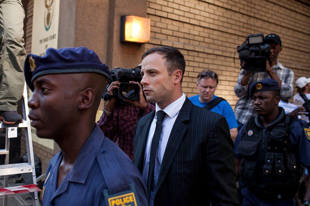 Oscar Pistorius: Dieser tragische Fall ist uns allen wohl nur allzu gut im Gedächtnis geblieben. Der Paralympics-Läufer Oscar Pistorius erschoss seine Freundin Reeva Steenkamp durch die Badezimmertür. Er beteuerte vor Gericht seine Unschuld und sagte, dass er geglaubt habe, Reeva wäre ein Einbrecher. Oscar Pistorius wurde zu mehr als 13 Jahren Haft verurteilt.