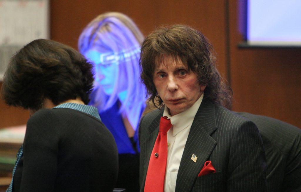 Phil Spector: 2003 wurde Laura Spector, die Ehefrau von Phil Spector, erschossen in dem gemeinsamen Anwesen gefunden. Daraufhin wurde der Musikproduzent angeklagt und zu 19 Jahren Haft verurteilt.