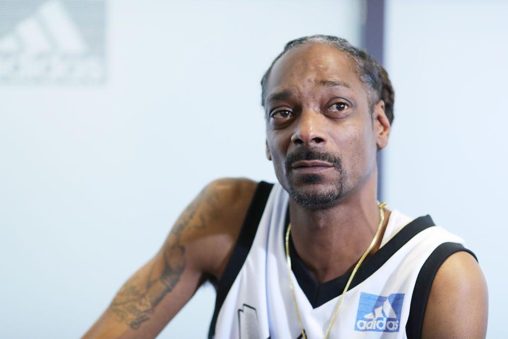 Snoop Dogg: Der Rapper war 1993 mit seinem Bodyguard Mc Kinley Lee in einen Mord verwickelt. Lee erschoss vom Wagen heraus ein rivalisierendes Bandenmitglied. Snoop Dogg wurde daraufhin wegen Mordes angeklagt, später jedoch freigesprochen, da sich das Gericht auf Notwehr einigte.