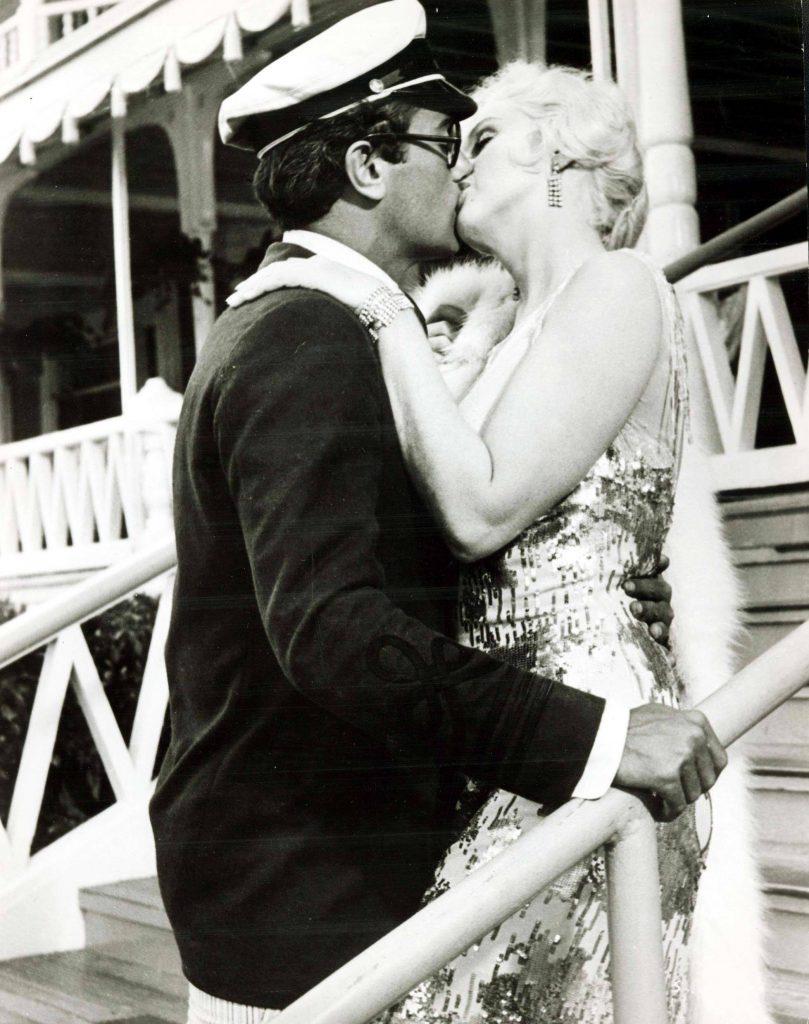 """Den Titel """"Manche mögen's heiß"""" hat Marilyn Monroe etwas zu wörtlich genommen, laut Tony Curtis. Er sagt, er wäre beinahe an ihrer Zunge erstickt und auch sonst war es einfach schrecklich."""