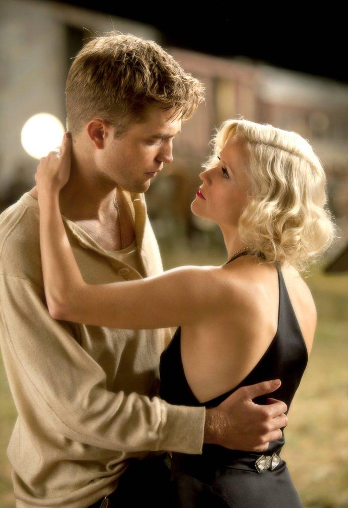 """Während der Dreharbeiten für """"Wasser für die Elefanten"""" hat sich Robert Pattinson eine fiese Erkältung geholt. Anturnend war das für seine Kusspartnerin Reese Witherspoon natürlich nicht."""