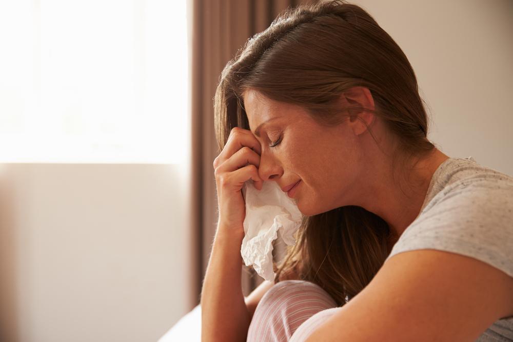 Mann schreibt alles auf, was seine Frau zum Weinen bringt