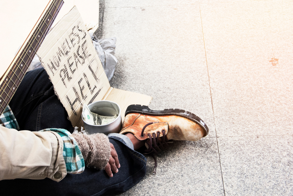 Obdachloser verteilt Lebensläufe und bekommt 200 Jobangebote