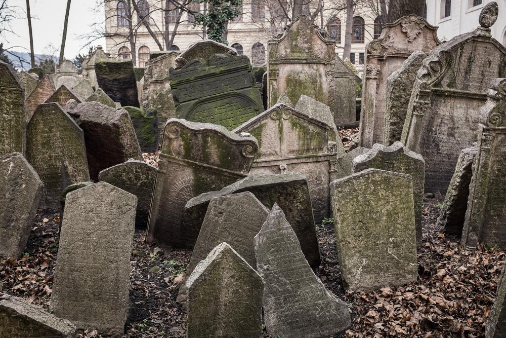 Horror: Mann in Deutschland hört Klopfen aus Grab