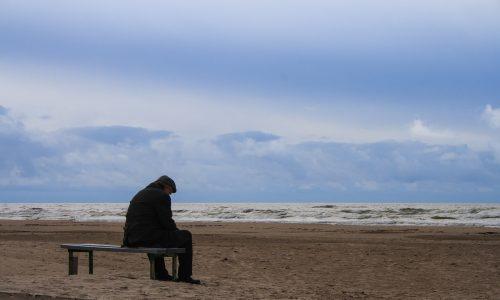 Warum sich ein alter Mann mit dem Bild einer Frau täglich ans Meeresufer setzt