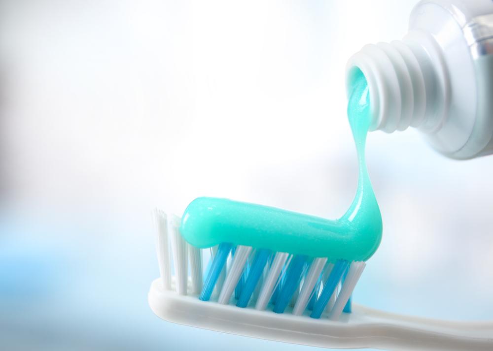 Darum schmieren sich Frauen jetzt Zahnpasta auf ihre Brüste
