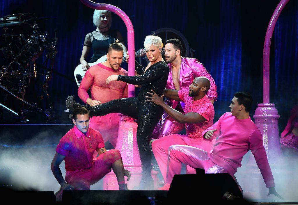 Pink unterbricht Konzert, um Mädchen zu umarmen, das gerade ihre Mutter verloren hat