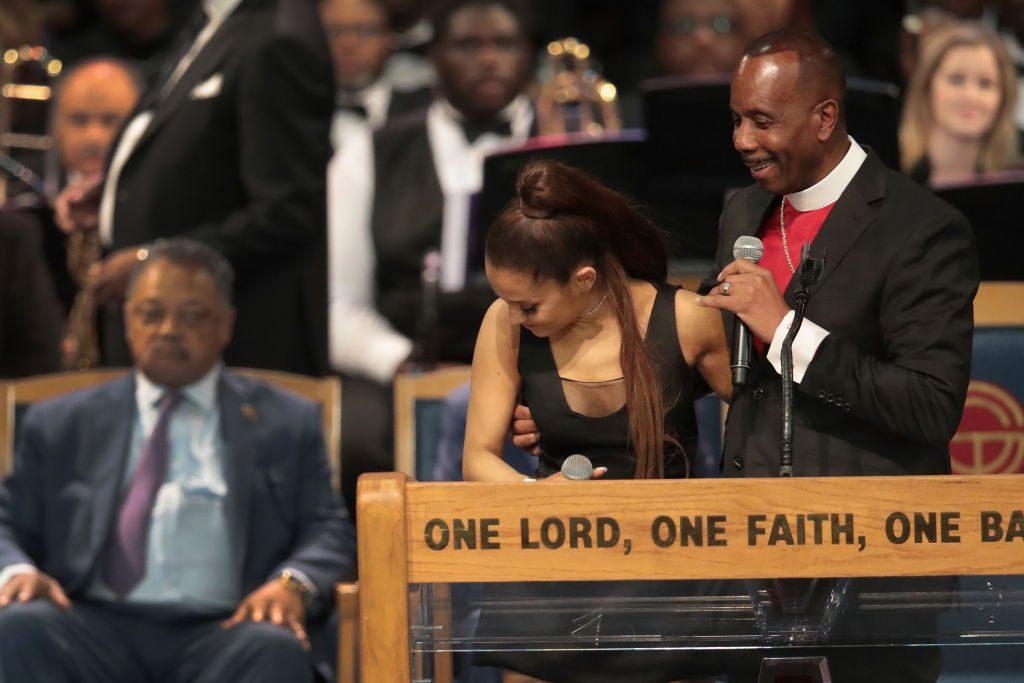 Bischof begrapscht Ariana Grande am Busen