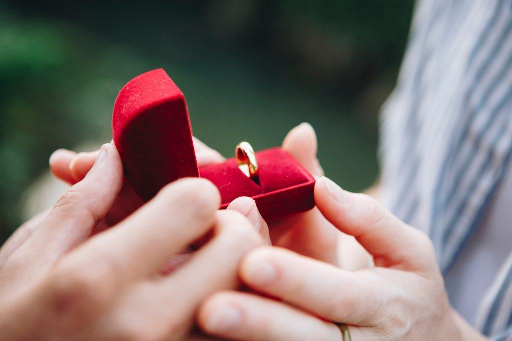 Flugbegleiterin wird wegen Heiratsantrag gekündigt