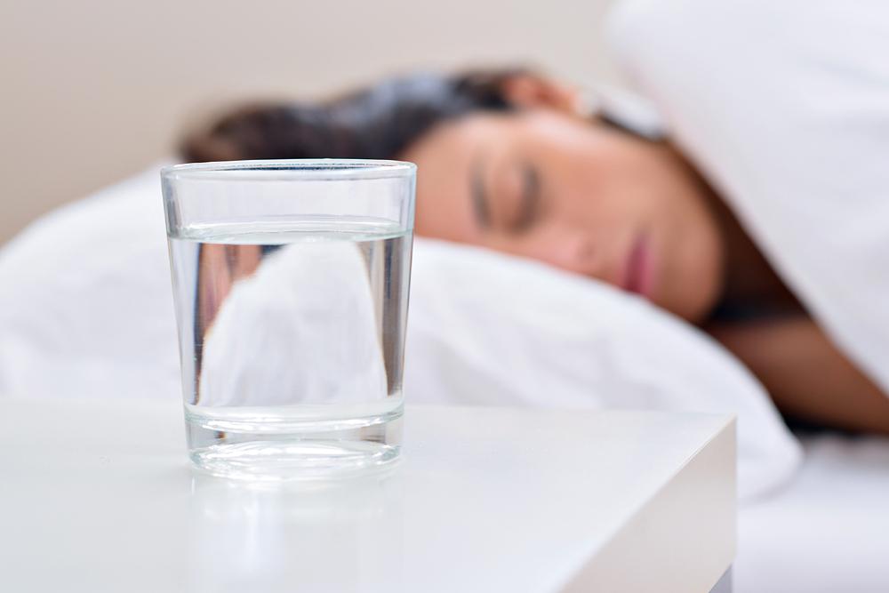 Daher solltest du nie wieder ein Glas Wasser auf dein Nachtkästchen stellen