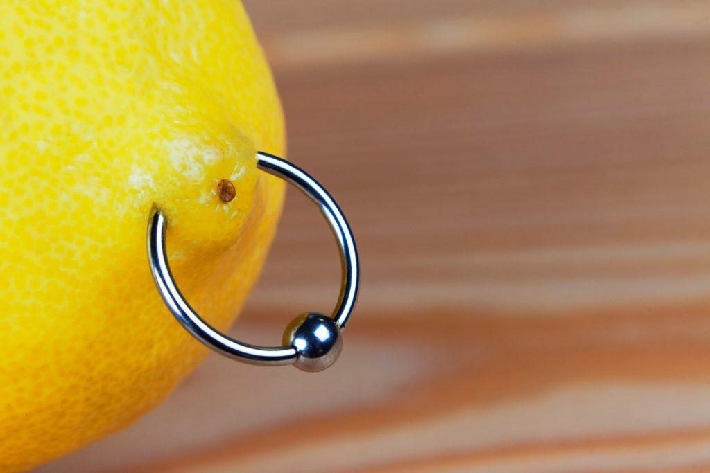 Nippelpiercing stechen: Was du danach (auf keinen Fall) tun solltest