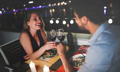Sneating: Was steckt hinter dem neuen Dating-Trend?