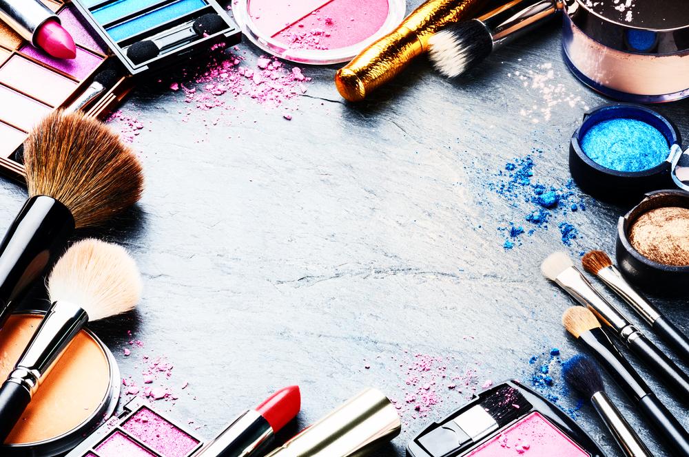 Mit diesen 5 Tipps entfernst du Make-up Flecken aus deiner Kleidung