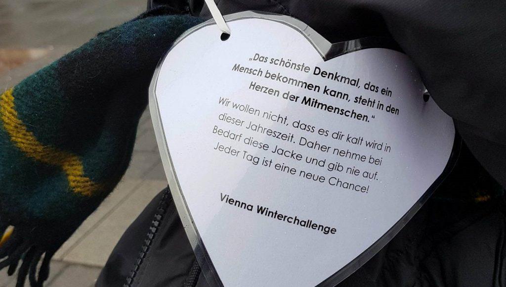 Vienna Winterchallenge: Freiwillige hängen Jacken für Obdachlose an Bäume