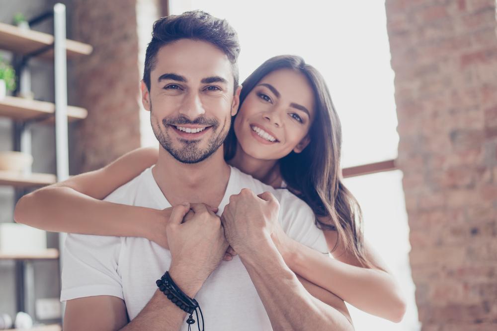 Darum sind Beziehungen von kleinen Frauen & großen Männern die besten